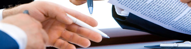 Personas firmando un acuerdo