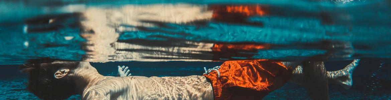 Niño flotando