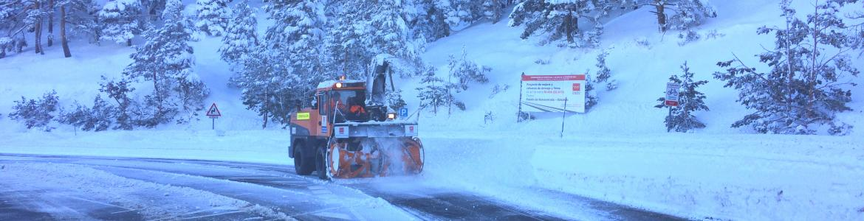 Maquinaria trabajando en una  carretera nevada