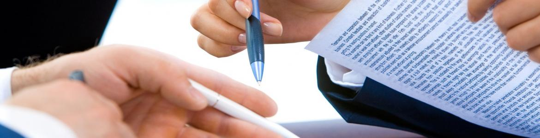 Dos personas revisando un contrato