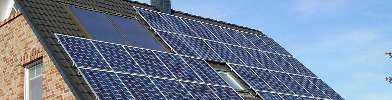 Tejado con paneles solares