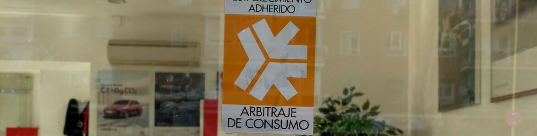 Escaparate con distintivo de arbitraje de Consumo