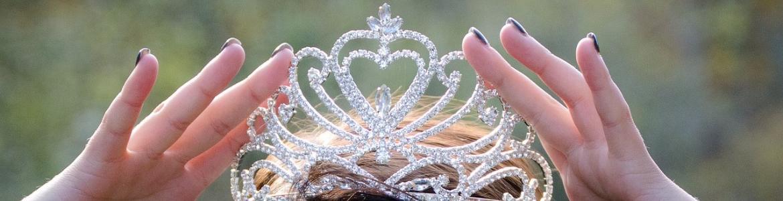 Chica con corona