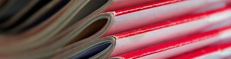 imagen de revistas apiladas