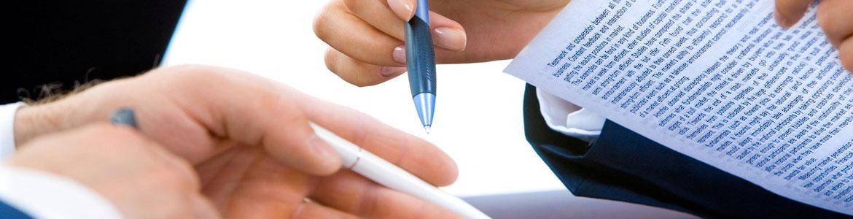 Dos personas firmando un contrato