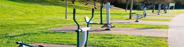 Aparatos biosaludables en un parque