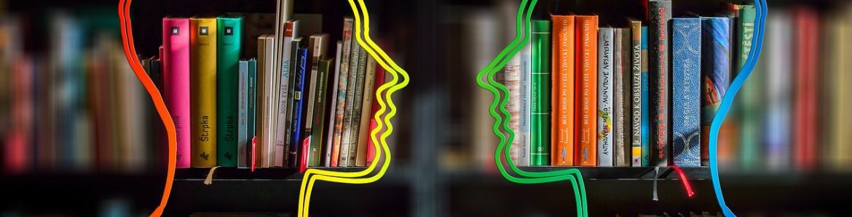 libros y siluetas cabezas