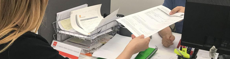 Persona solicitando hojas de reclamaciones en la OMIC