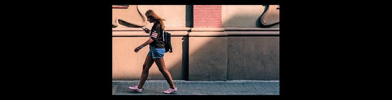 Chica andando por una acera