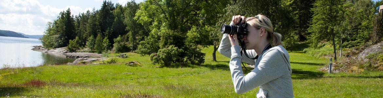 Chica haciendo foto a paisaje