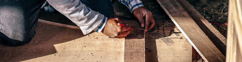 Trabajador haciendo mediciones de carpintería