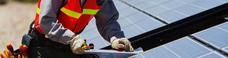 Trabajador instalando placas solares