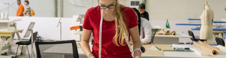Concursante de WorldSkills realizando prueba en modalidad de Tecnología de la Moda