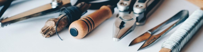 Imagen de diferentes herramientas sobre una mesa