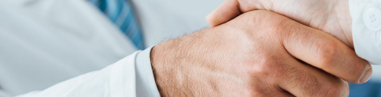 imagen de un profesional sanitario dando la mano a un paciente