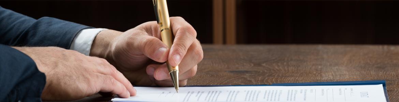 Imagen del señor notario firmando