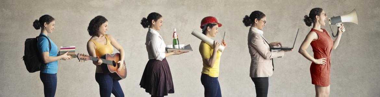 mujeres jóvenes disfrazadas con uniformes profesionales