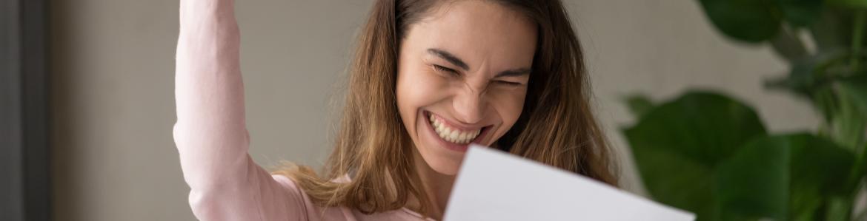 Estudiante contenta leyendo una notificación