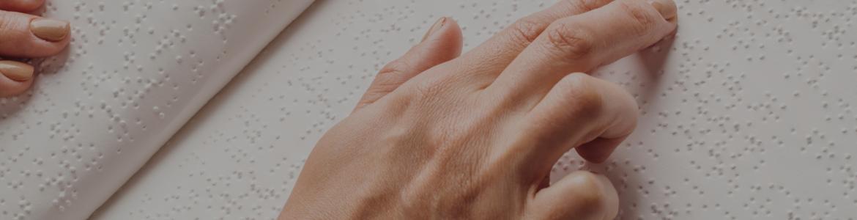 Mano leyendo Braille