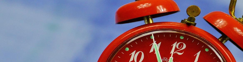 Reloj rojo de agujas