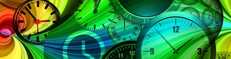 esferas de relojes distintas sobre fondo de diseño en colores vivos