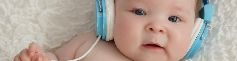 bebé con cascos de audición