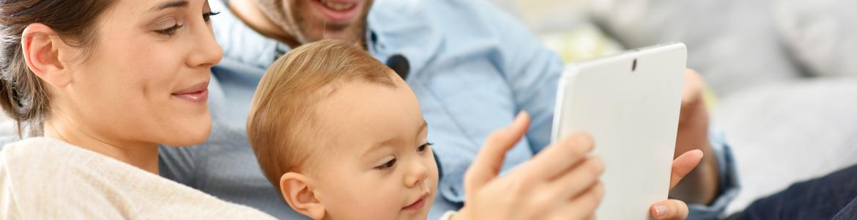 matrimonio con niño y tablet