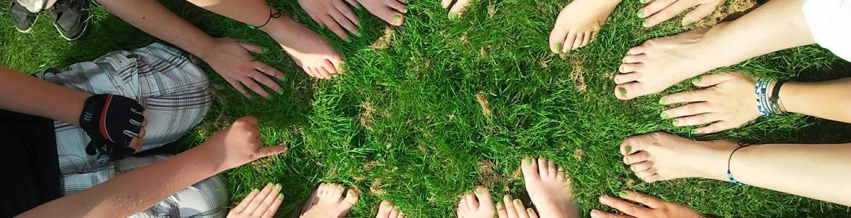 Corro de pies y manos sobre césped