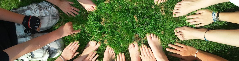 Circulo formado por los pies y manos de todos