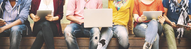 Grupo de jóvenes sentados con un portátil