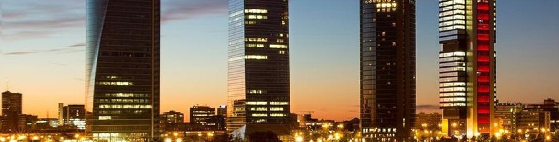Vista nocturna de las grandes torres de Madrid