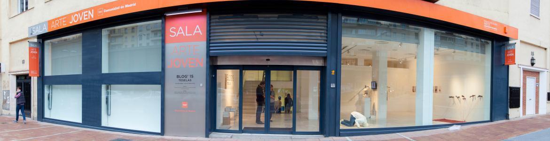 Puerta de acceso de cristal a la Sala de Arte Joven