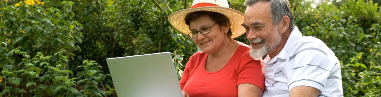 Personas mayores con ordenador