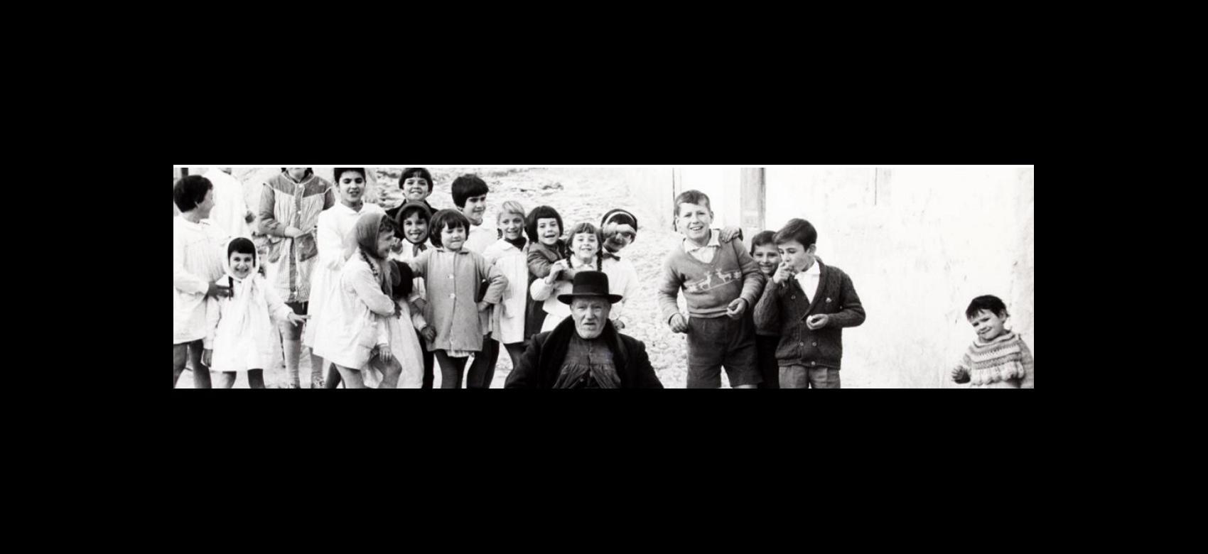 Fotografía de grupo de niños en blanco y negro