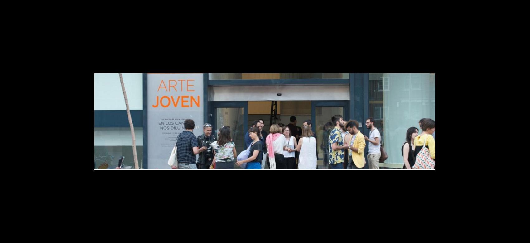 Varias personas en la entrada de la Sala Arte Joven