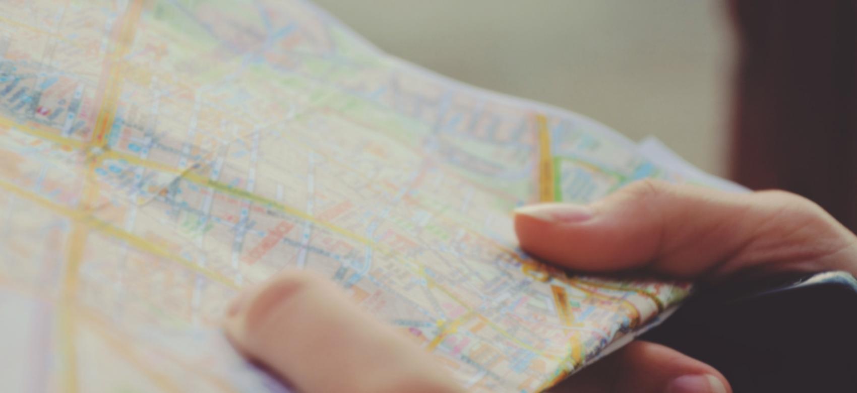 Manos sujetan un mapa