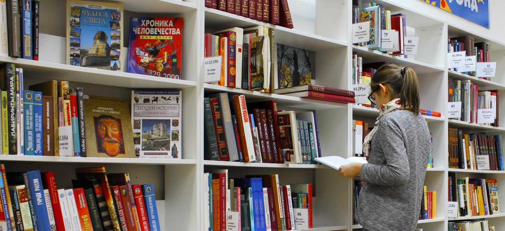 Estudiante en una biblioteca.