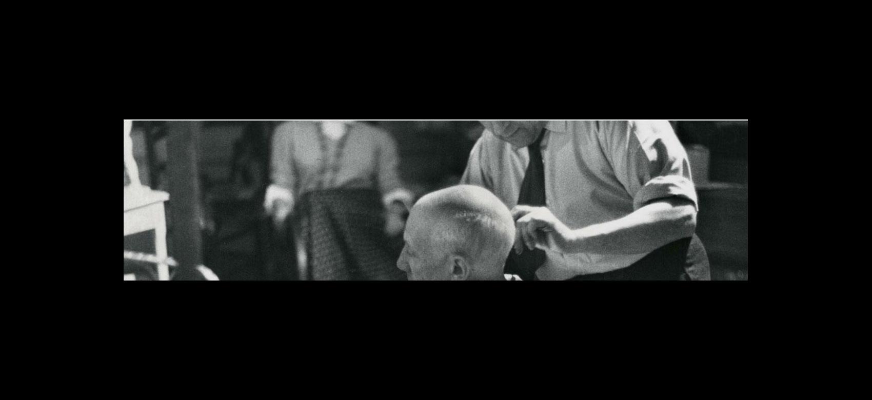 Imagen cortando el pelo a Picasso su peluquero Eugenio Arias