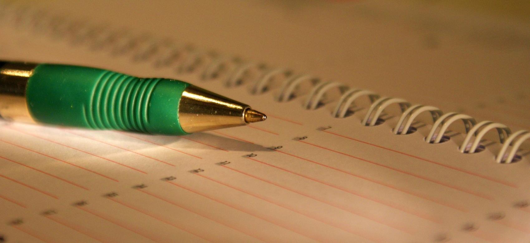 Bolígrafo sobre un cuaderno abierto