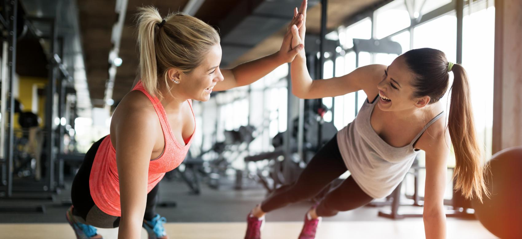 Dos chicas haciendo deporte