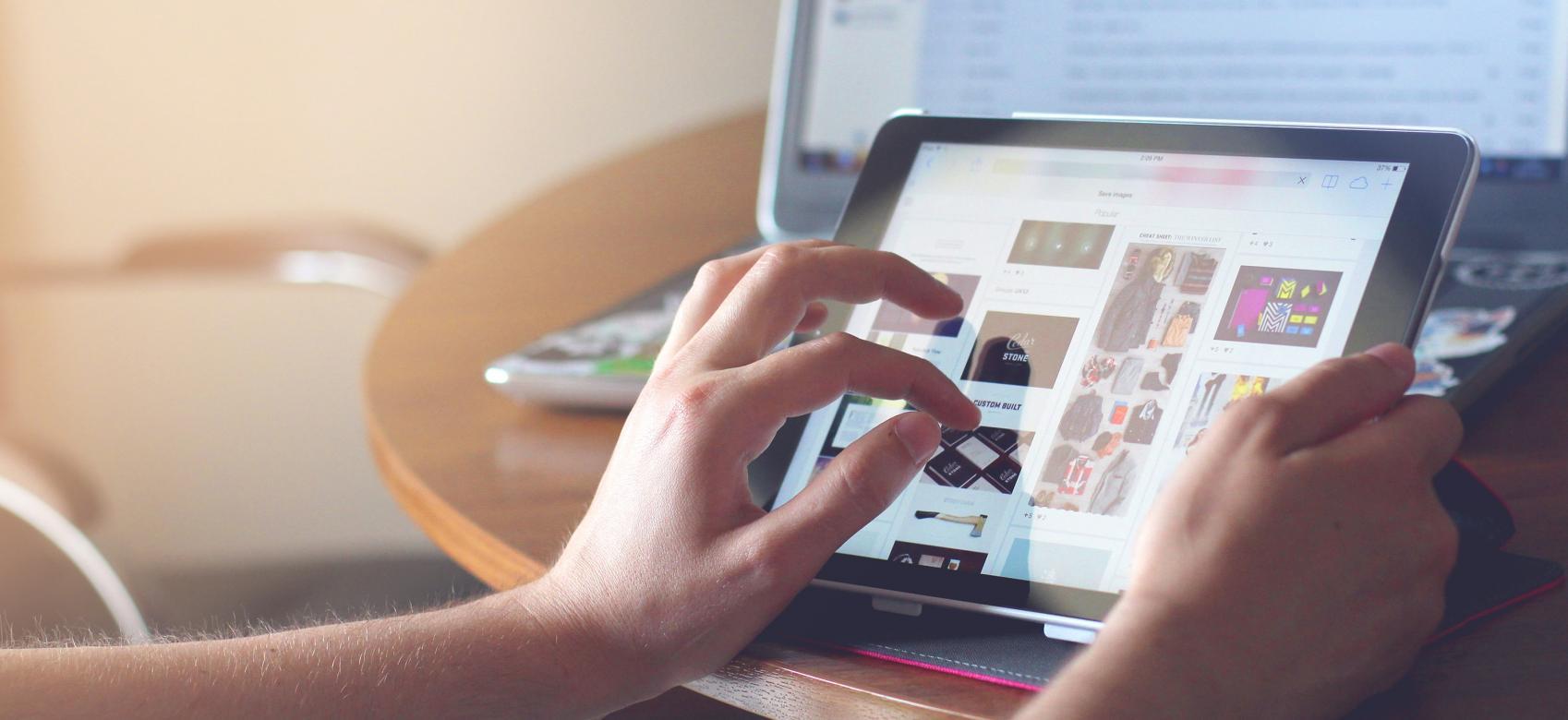 Consultando una tablet