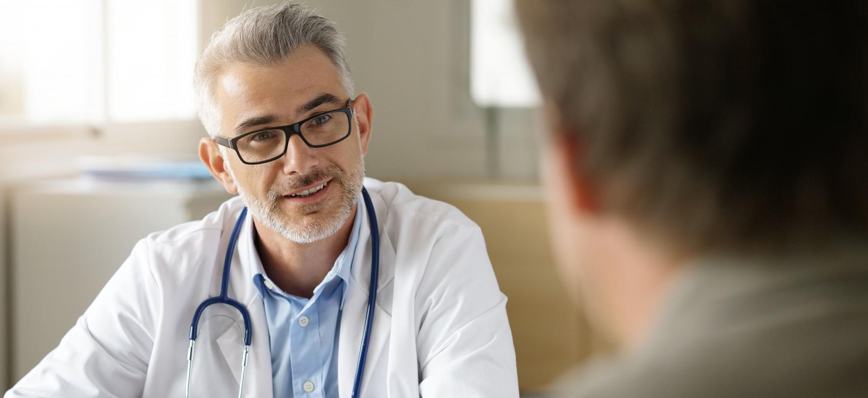 médico entrevistando a paciente