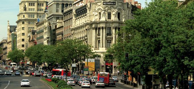 Edificio Metrópolis, en la esquina de las calles Alcalá y Gran Vía, con tráfico de vehículos en ambos sentidos de la calle Alcalá