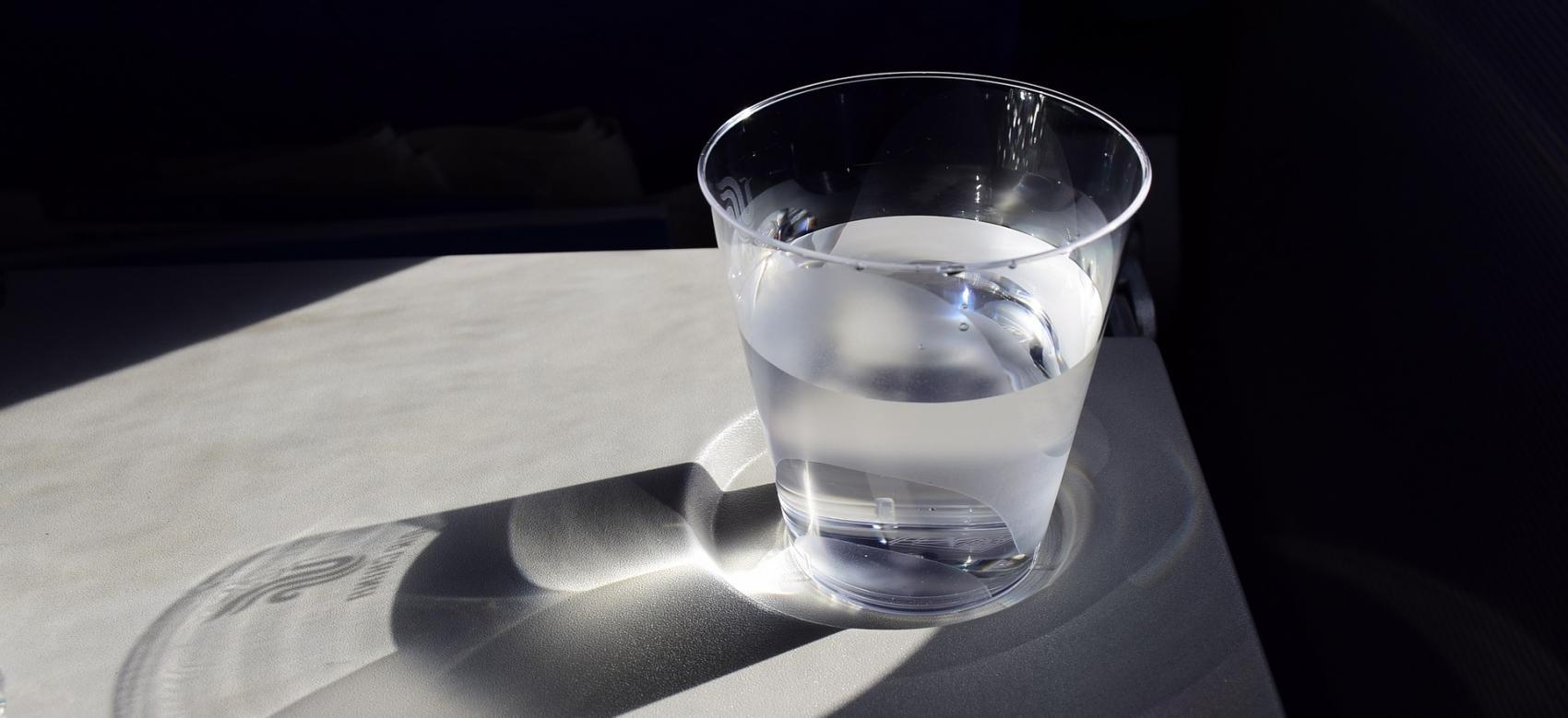 vaso de agua sobre una mesa