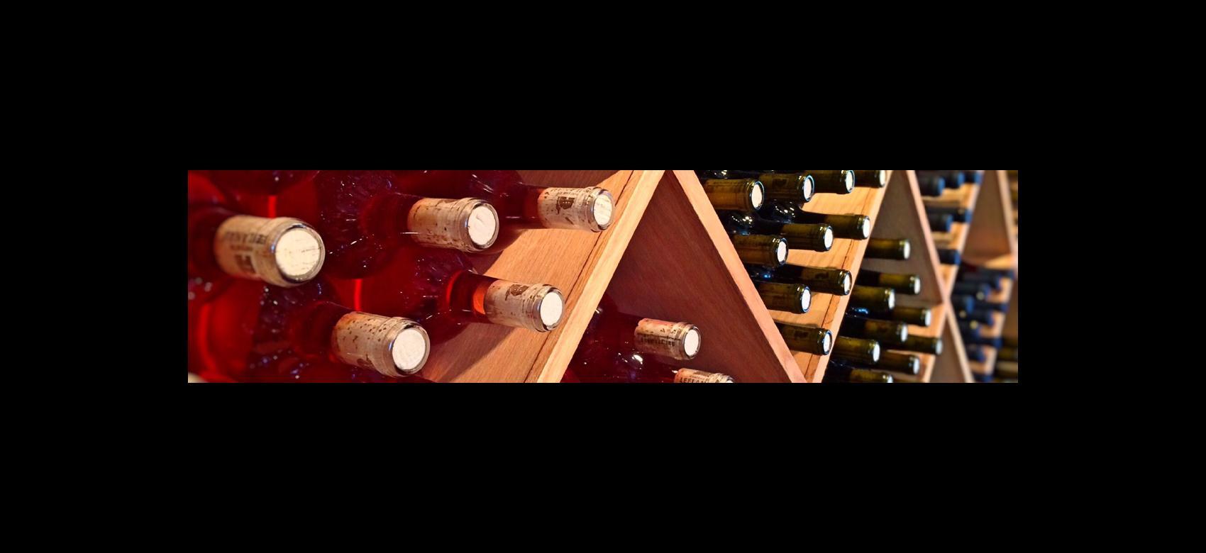 Imagen de estantes con botellas de vino