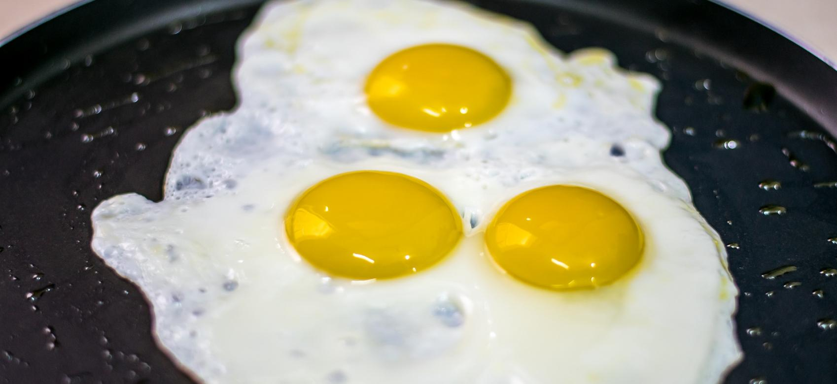 huevo con tres yemas en la sartén
