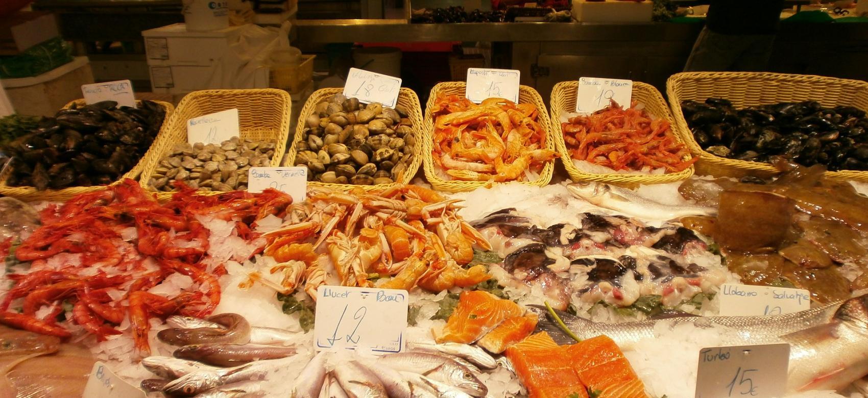 Pescados expuestos para la venta en  una pescadería