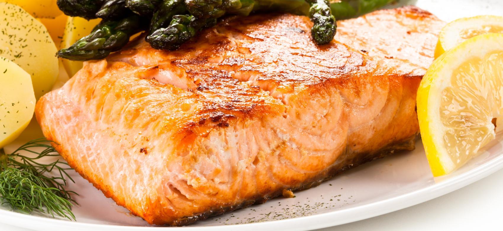plato con salmón, espárragos y patata cocida