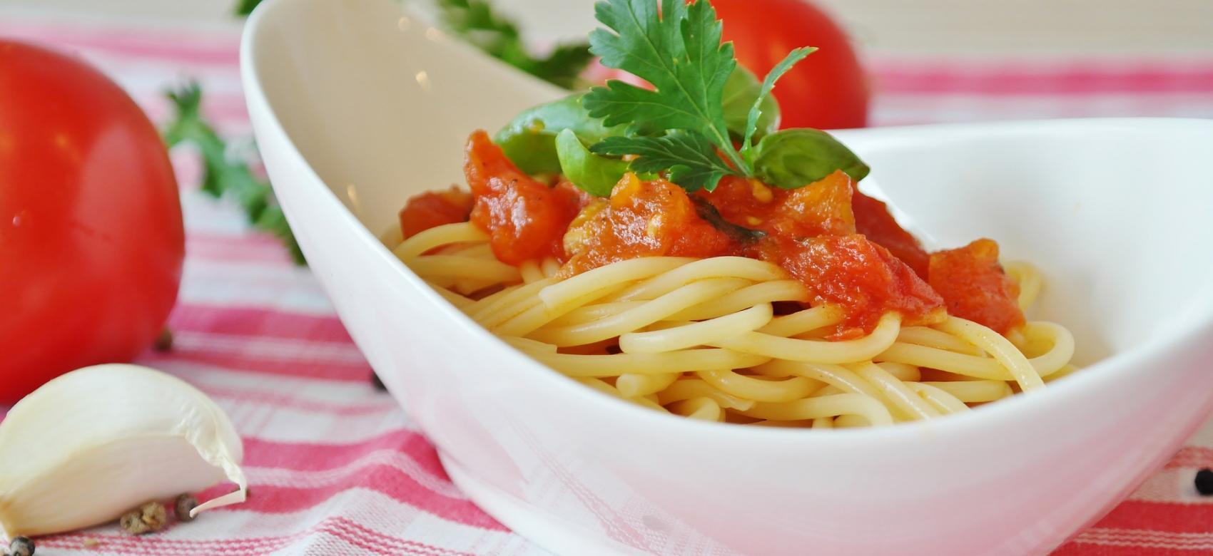 Bol de espaguetis con tomate