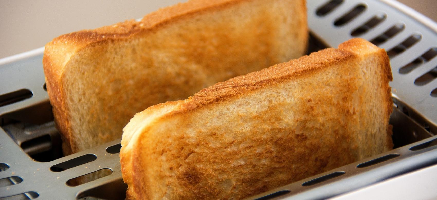 Tostador con 2 rebanadas de pan de molde demasiado tostadas